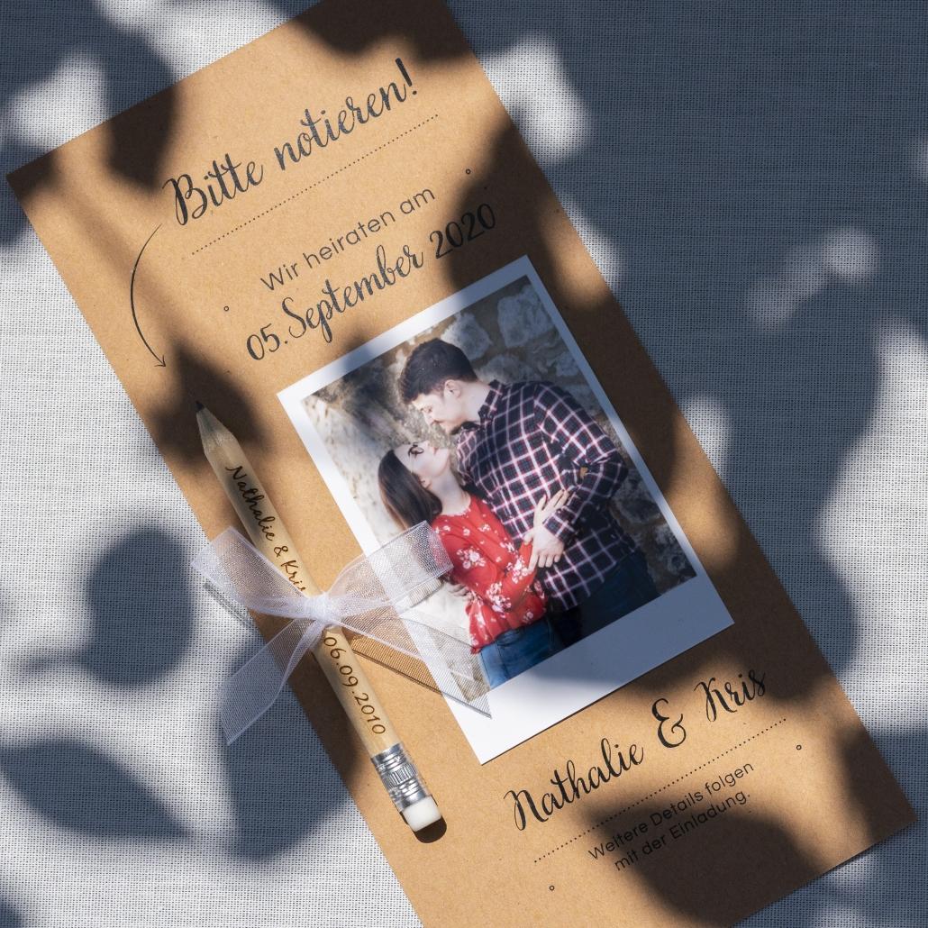 Save the Date Karte mit Polaroid auf Kraftpapier mit Bleistift
