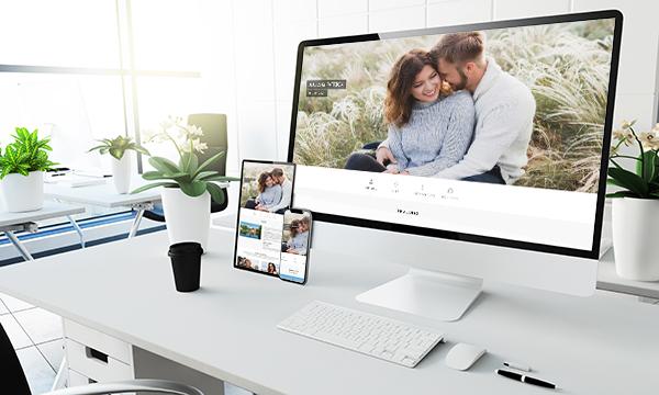 Drei Bildschirmgrrößen der Demo Hochzeitswebsite / Hochzeitshomepage - Tablet, Desktop und Smartphone